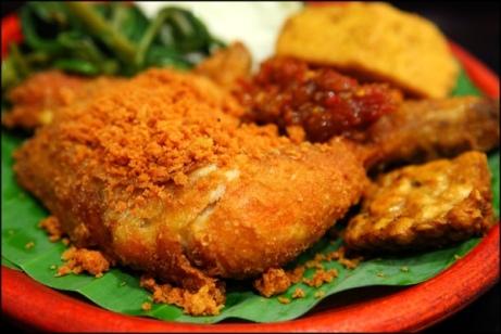 Ayam Penyet (Indoturs.com)