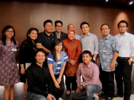 Foto bersama Ibu Tri Rismaharini di seminar kepemimpinan di Prasetiya Mulya.