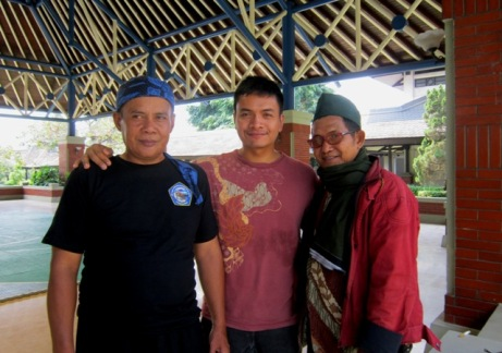 Bersama Kang Awang (kiri - Gerak Gulung Budidaya ti Padjadjaran) dan Babe Tb Bambang (kanan - Cingkrik Goning); yang moto: Boy Rizki