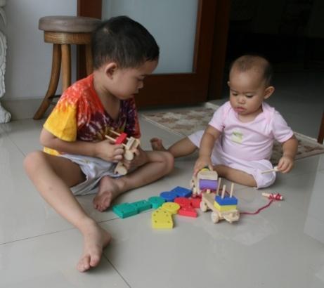 Rayendra dan Kayana bermain produk Kerajaan Mainan