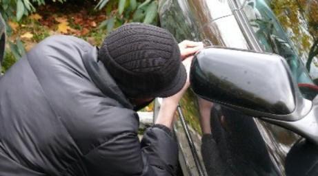 Pencongkelan kunci mobil (ilustrasi) - sumber gambar: beritabekasico
