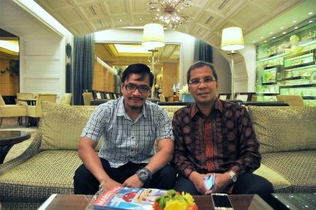 Andika Priyandana (ki) dan Danny Pomanto - Walikota Makassar (ka) - foto Lilyanti
