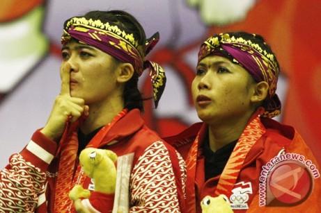 Emas Silat Doble Putri Pesilat Indonesia Ni Made Dwi Yanti (kanan) dan Sang Ayu Ketut Wilantri (kiri) menangis saat menyanyikan Lagu Indonesia Raya; sumber: Antaranewscom