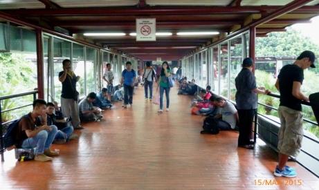 Perokok merokok di kawasan tanpa asap rokok Bandara Soekarno Hatta.