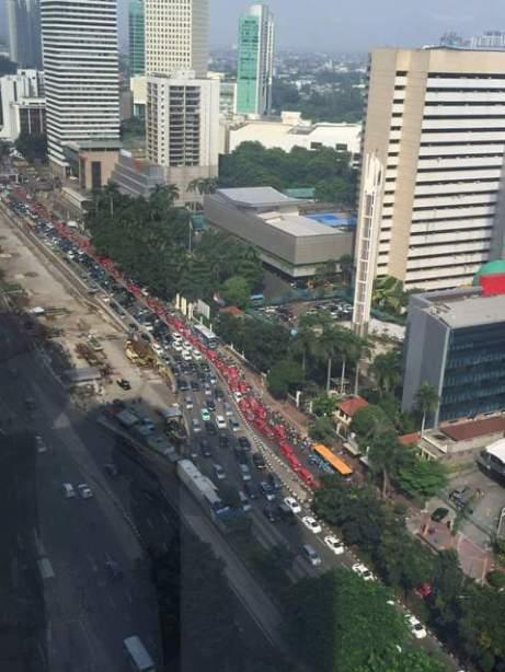 Demonstrasi sopir taksi dan angkot merah di Sudirman arah Semanggi