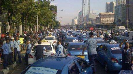 Pemblokiran jalan oleh sopir taksi saat demonstrasi