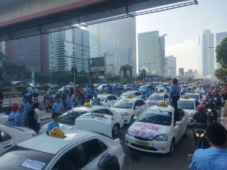 Blog Andika Priyandana - Pemblokiran jalan saat demonstrasi