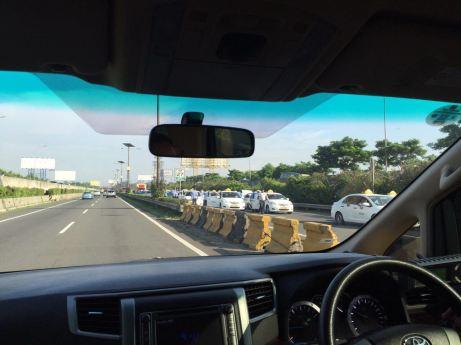 Blog Andika Priyandana - Pemblokiran jalan tol dari Soekarno Hatta arah Jakarta