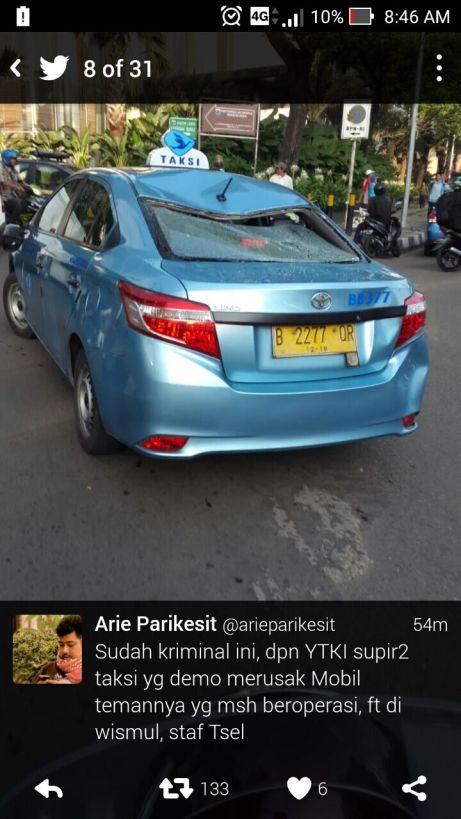 Blog Andika Priyandana - Perusakan salah satu taksi saat demonstrasi taksi dan angkutan umum