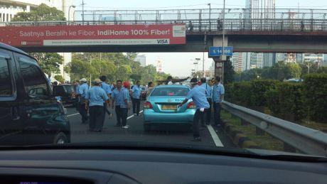 Blog Andika Priyandana - Perusakan taksi yang sedang beroperasi