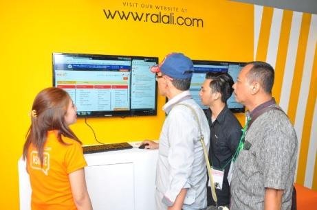 Aktivitas pelanggan di booth Ralali